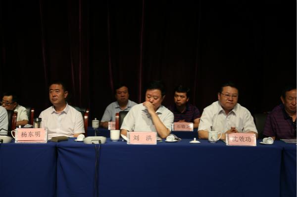 4.市政府副市长杨东明(左一),市教育局局长沈效功(右一)受邀参加仪式.jpg
