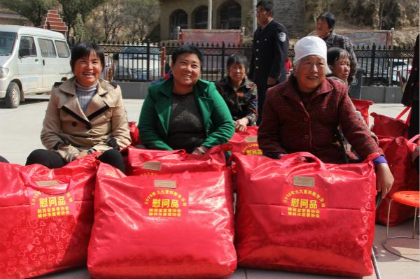 榆林市慈善协会为贫困老人送去棉被衣物.jpg