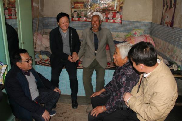 榆林市慈善协会会长刘洪(左二)、副会长张榆生(左一)一行入户慰问贫困老人.jpg
